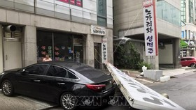 Biển hiệu bị rơi sau khi bão Lingling đổ bộ vào Goyang, Hàn Quốc ngày 7-9. Ảnh: Yonhap/TTXVN