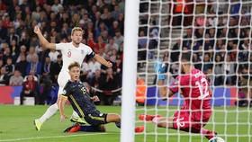 Harry Kane (số 9) trong pha ghi bàn vào lưới thủ môn A. Muric của Kosovo. Ảnh: Daily Mail