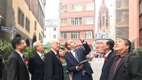Đồng chí Phan Nguyễn Như Khuê và đoàn ĐBQH TPHCM tìm hiểu thực tế cách phát triển và giữ gìn bản sắc ở Frankfurt  - Đức