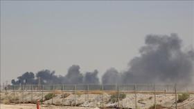 Khói bốc lên từ nhà máy lọc dầu của Aramco ở Abqaiq, Saudi Arabia, sau vụ tấn công ngày 14-9-2019. Ảnh: TTXVN