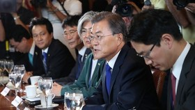his photo, taken on June 29, 2017, shows President Moon Jae-in (2nd from R) speaking during a meeting with U.S. lawmakers in Washington, D.C. (Yonhap)