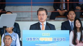 This photo provided by the presidential office Cheong Wa Dae shows President Moon Jae-in speaking at a track meet held by an association of people whose hometowns are in North Korea on Oct. 22, 2017. (Yonhap)