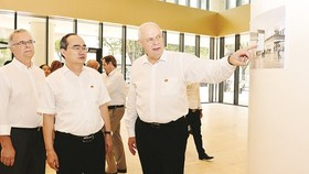 HCMC Party Chief Nguyen Thien Nhan is introduced about Deutsches Haus Ho Chi Minh City. The photo was taken on August 30 (Photo: SGGP)