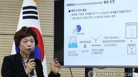 Kim Na-kyung, an official of the Ministry of Food and Drug Safety, explains the ministry's probe into valsartan on Aug. 6, 2018. (Yonhap)