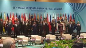 Officials pose for a photo at the 25th ASEAN Regional Forum on August 4 (Photo: VNA)