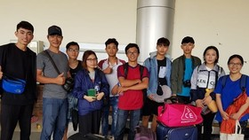 Vietnamese students in Palu gather at Palu airport (Source: VNA)