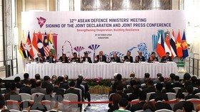 ASEAN defence officials at the 12th ADMM(Photo: VNA)