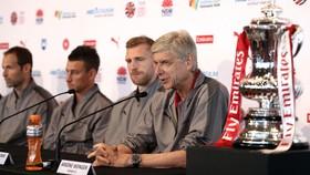 Thầy trò Wenger họp báo tại Australia