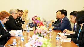 Phó Thủ tướng, Bộ trưởng Ngoại giao Phạm Bình Minh tiếp xúc song phương với Bộ trưởng Ngoại giao New Zealand Murray McCully tại ARF