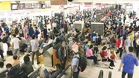 Hành khách mua vé về quê nghỉ lễ tại Bến xe Miền Đông (TPHCM) vào chiều tối 1-9