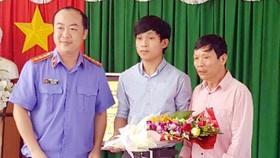 VKSND Đồng Nai xin lỗi ông Nguyễn Trần (áo hồng)