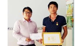 """Anh Phan Văn Bắc nhận Huy hiệu """"Tuổi trẻ dũng cảm"""" của Trung ương Đoàn trao tặng. Ảnh: ĐOÀN KIÊN"""