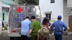 Lực lượng chức năng đưa thi thể về để tiếp tục điều tra