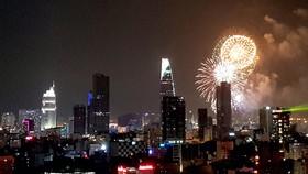 Bắn pháo hoa tầm cao đón chào năm mới tại trung tâm TPHCM. Ảnh: KHẮC VĂN