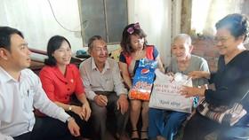 Hội Chữ thập đỏ quận Thủ Đức đến thăm, tặng quà người già neo đơn