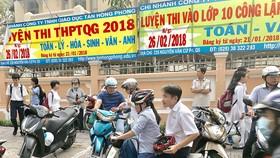 Phụ huynh đón con sau ca học thêm ở Trung tâm dạy thêm văn hóa Lê Hồng Phong (quận 5). Ảnh: MAI THÚY