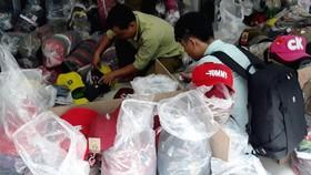 Lực lượng Quản lý thị trường TPHCM phát hiện lô hàng nón thời trang giả mạo nhãn hiệu tại TPHCM