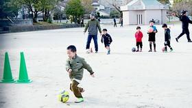 Khi không có mưa, khu vực hồ điều tiết Sanno (TP Fukuoka, tỉnh Fukuoka, Nhật Bản) là sân vận động để người dân vui chơi. Ảnh: KIỀU PHONG