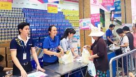 Nhân viên Saigon Co.op tận tâm phục vụ khách hàng