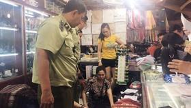 QLTT TPHCM kiểm tra các điểm kinh doanh tại chợ Bến Thành