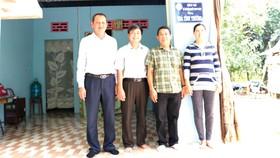 Ông Lưu Hoàng Tân - Chủ tịch, Giám đốc Công ty TNHH MTV Xổ số kiến thiết tỉnh Đồng Tháp (người đầu tiên từ trái qua) và ông Phạm Năng Hiệp - Giám đốc Công ty TNHH Xổ số kiến thiết tỉnh Bình Thuận (người thứ ba từ trái qua) trao nhà tình thương cho hộ nghè