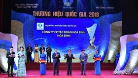 Ông Lê Viết Hải - Chủ tịch HĐQT kiêm Tổng Giám đốc Công ty CP Tập đoàn Xây dựng Hoà Bình nhận giải thưởng
