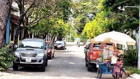 Đậu ô tô tràn lan chiếm lòng lề đường