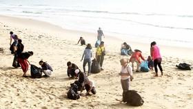Nhóm bạn trẻ nước ngoài và 20 bạn trẻ tại Bình Định nhặt rác, làm sạch bãi biển Quy Hòa