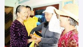 Bà Ba Lành (bìa trái) thăm hỏi đồng đội trong đội cảm tử quân năm xưa. Ảnh: NGỌC OAI