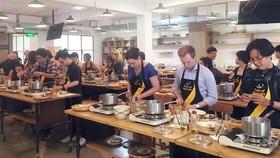 Thực hiện một món ăn Australia từ nguyên liệu Việt Nam do bếp trưởng Ngô Thanh Hòa hướng dẫn ngày 23-4. Ảnh: X.H.