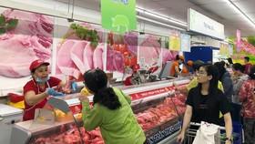 Khách hàng đang chọn mua thịt heo VietGAP tại siêu thị Co.opmart
