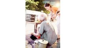 Một bạn trẻ đang hỏi thăm ông cụ bán hột vịt lộn trên đường Bạch Đằng, quận Bình Thạnh để giúp đỡ