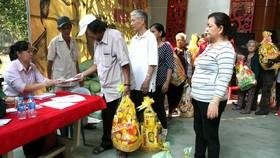 Nghệ sĩ neo đơn nhận quà tết tại Khu dưỡng lão nghệ sĩ