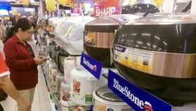 Khách chọn mua các mặt hàng điện tử, điện máy tại một siêu thị trên địa bàn TPHCM. Ảnh: THI HỒNG