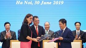 Thủ tướng Nguyễn Xuân Phúc chứng kiến Lễ ký Hiệp định Thương mại tự do giữa Việt Nam và Liên minh châu Âu. Ảnh: Lâm Khánh/TTXVN