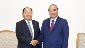 Thủ tướng Nguyễn Xuân Phúc tiếp Bộ trưởng Nội vụ Lào Khammanh Sounvileuth. Ảnh: VGP/Quang Hiếu