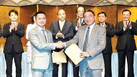 Thủ tướng Nguyễn Xuân Phúc chứng kiến lễ trao chứng nhận đầu tư giữa các công ty Việt Nam và Nhật Bản. Ảnh: TTXVN