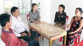 Bà Cao Thị Thiện (bìa phải) trong căn nhà mới được địa phương vận động xây tặng