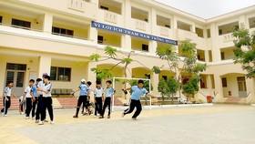 Nhiều trường học tại huyện Cần Giờ dù được xây dựng khang trang, nhưng do thiếu nhiều trang thiết bị nên chưa thể hoàn thành tiêu chí NTM