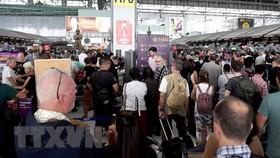 Hành khách tại sân bay quốc tế Suvarnabhumi, Bangkok, Thái Lan. Ảnh: TTXVN