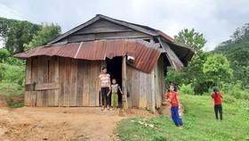 Người dân thôn Kon Năng, xã Đắk Choong sống trong nhà tạm chờ di dời
