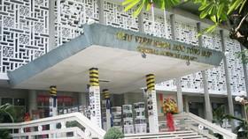 Nhà nghiên cứu Hải Ngọc Thái Nhân Hòa tặng sách cho thư viện
