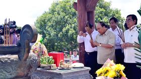 Thủ tướng Nguyễn Xuân Phúc dâng hương tưởng nhớ các anh hùng liệt sĩ tại Đài Tưởng niệm Thành cổ Quảng Trị