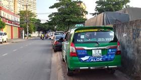 Nhiều người đậu ô tô chiếm dụng hết vỉa hè một số tuyến đường ở phường Hiệp Phú (quận 9, TPHCM). Ảnh: THẠCH BÍCH NGỌC