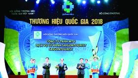 Ông Nguyễn Hữu Y Yên, Tổng Giám đốc Công ty Dịch vụ Lữ hành Saigontourist, nhận biểu trưng Thương hiệu Quốc gia 2018 tại lễ công bố các doanh nghiệp có sản phẩm đạt Thương hiệu Quốc gia 2018