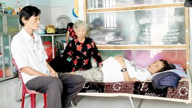 Bà Vương (giữa) nay trở thành trụ cột chính  nuôi cả gia đình  bị bệnh