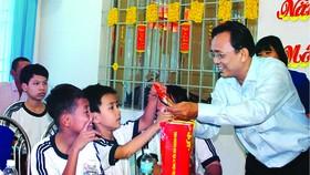 Ông Lê Hữu Hoàng - Chủ tịch Hội đồng thành viên Công ty Yến sào trao quà tết cho cho trẻ em mồ côi tại Trung tâm Bảo trợ xã hội tỉnh
