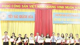 Ông Lê Hữu Hoàng - Chủ tịch HĐTV Công ty TNHH Nhà nước MTV Yến sào Khánh Hòa (người thứ 6 từ phải sang) tặng giấy khen cho nữ cán bộ, công nhân tiêu biểu