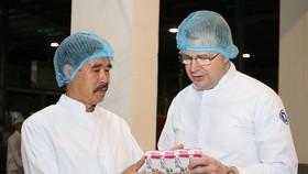 Đại sứ Daniel J. Kritenbrink và ông Nguyễn Quốc Khánh – Giám đốc Điều hành Vinamilk trao đổi về sản phẩm của Vinamilk khi tham quan nhà máy sữa Vinamilk Nghệ An