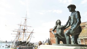 Tượng đài về những đứa trẻ lội bùn mò tiền xu ở cảng Portsmouth